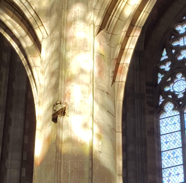 Ein kleiner Engel auf dem Pfeiler