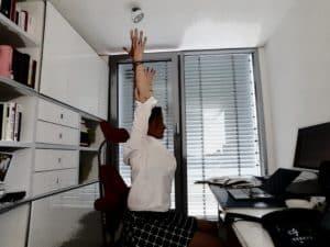 Schreibtischübung für lockere Schultern