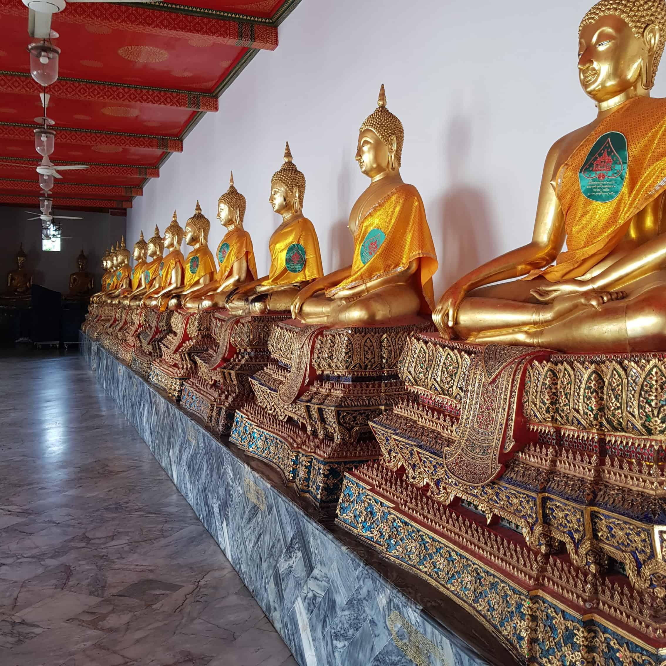 Sitzende Buddhas in einer Reihe